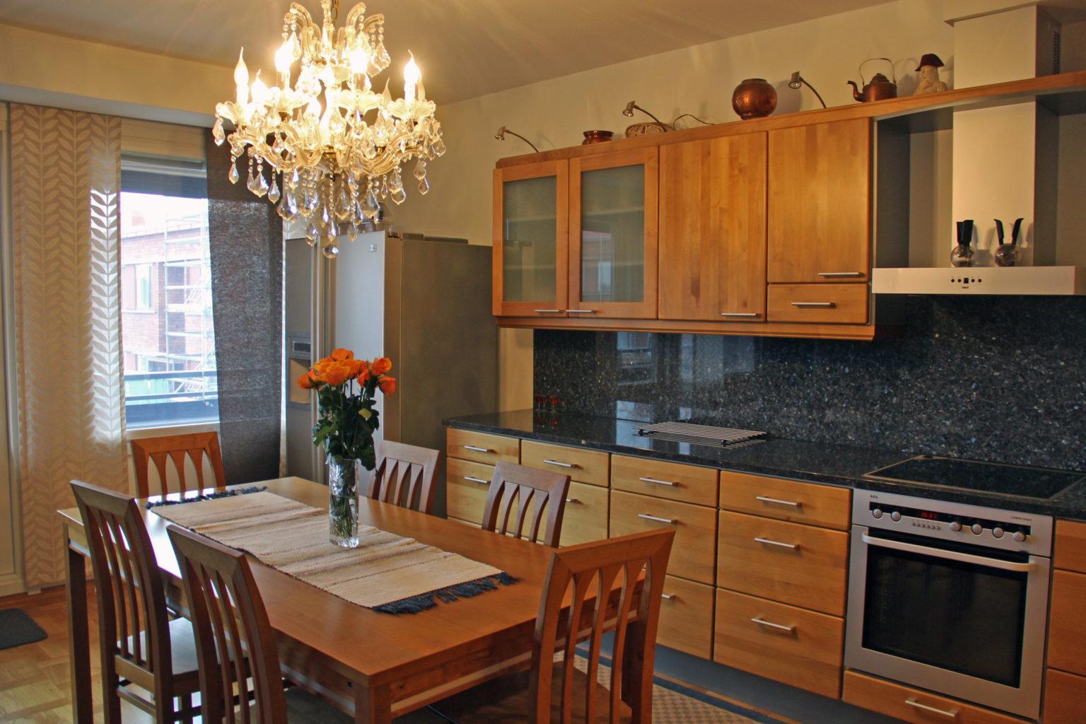 Asunnossa on tyylikäs, hyvinvarusteltu keittiö