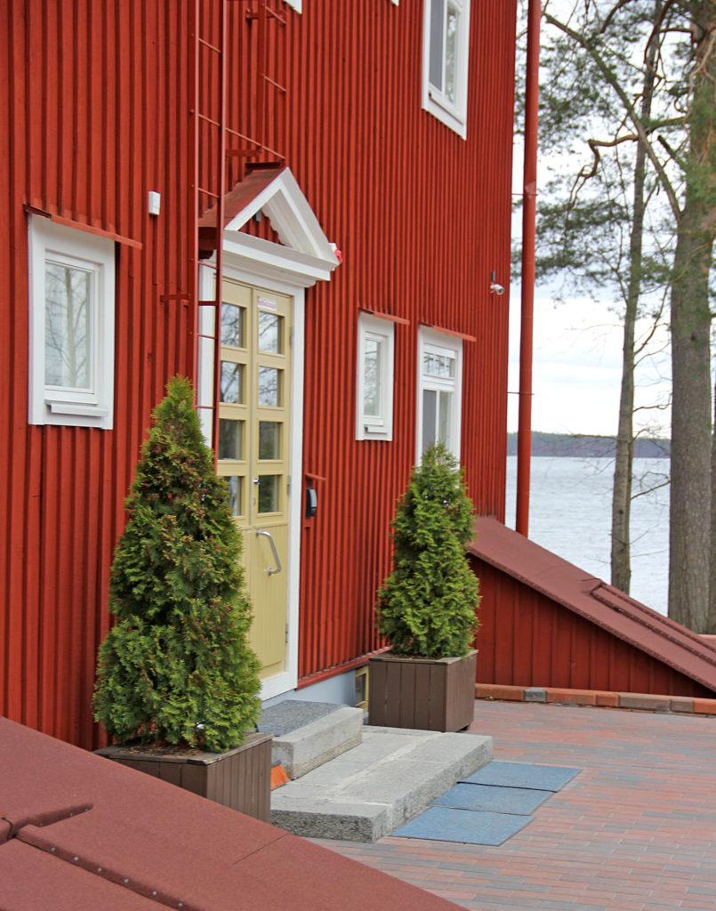 Inkeritalo sijaitsee Saimaan rannalla, kauniissa maisemassa.