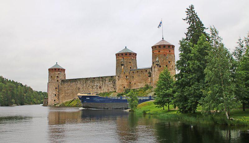 Rahtialus katkaisi tiemme linnaan. Tyypillinen näky Savonlinnassa.
